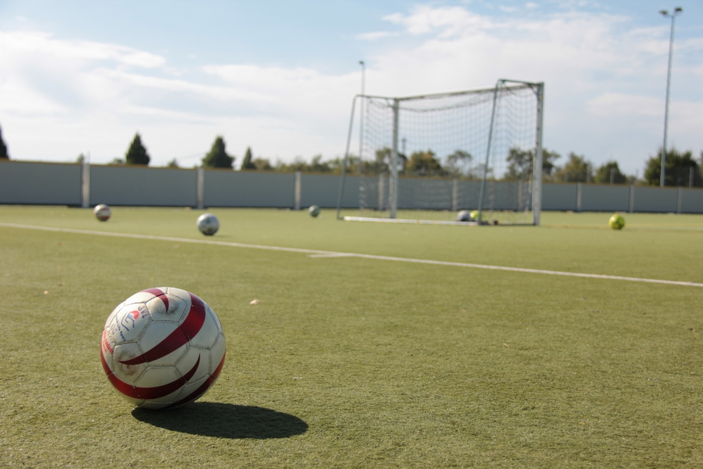 Auf dem Sportplatz am Hubland, Blindenfußball im Vordergrund