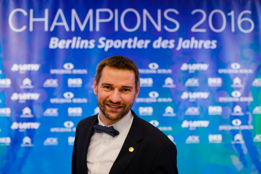 Enrico vor der Werbetafel der Champions Gala
