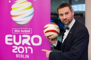 Vor dem Banner der Euro 2017