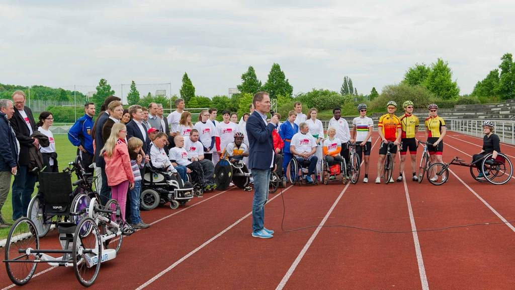 Prof. Dr. Olaf Hoos, Leiter des Sportzentrums, eröffnet das No Limits! Sportfest 2015 (Foto: Katja Krause)